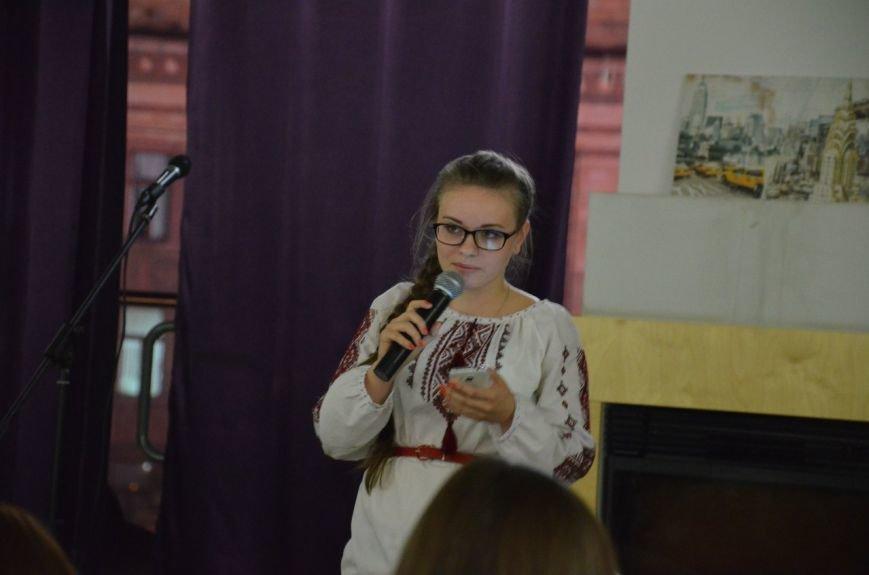 Как днепропетровская молодежь отметила День украинской письменности: авторская поэзия и баллады под гитару (ФОТО) (фото) - фото 3