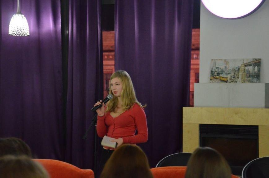 Как днепропетровская молодежь отметила День украинской письменности: авторская поэзия и баллады под гитару (ФОТО) (фото) - фото 4