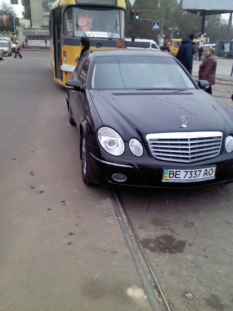 «Я паркуюсь как...»: в Николаеве «способный» водитель парализовал движение трамваев (фото) - фото 1
