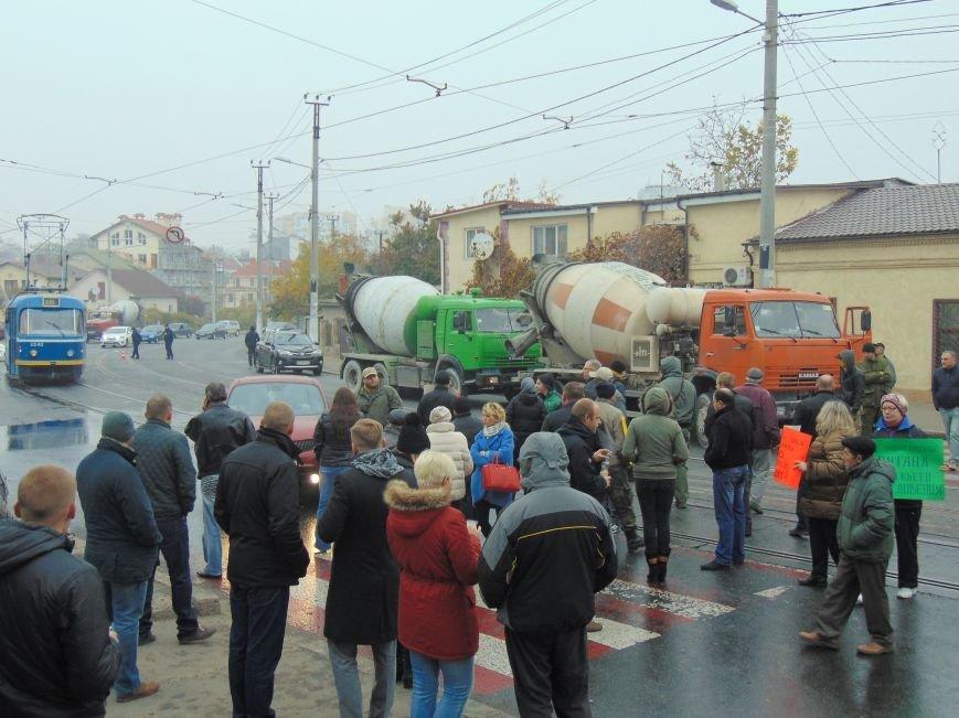 38d5b077b6ce3bcf2b148884ddf1139c Одесситы перекрывали дорогу и ложились под машины против стройки Кивана