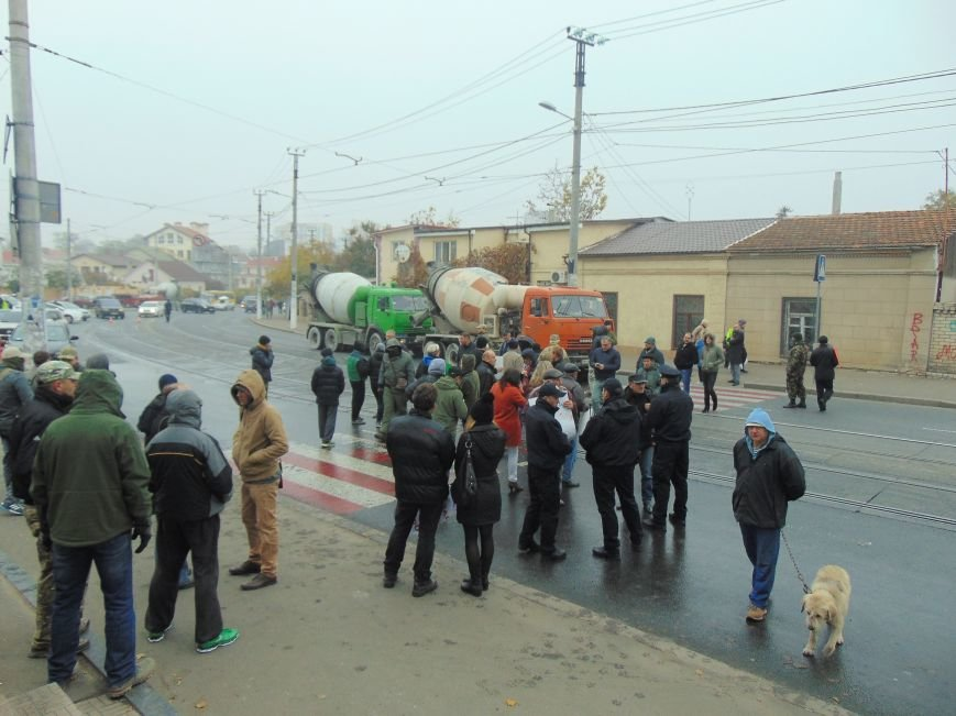 58438af4d05ad280acf7736a4259cb60 Одесситы перекрывали дорогу и ложились под машины против стройки Кивана