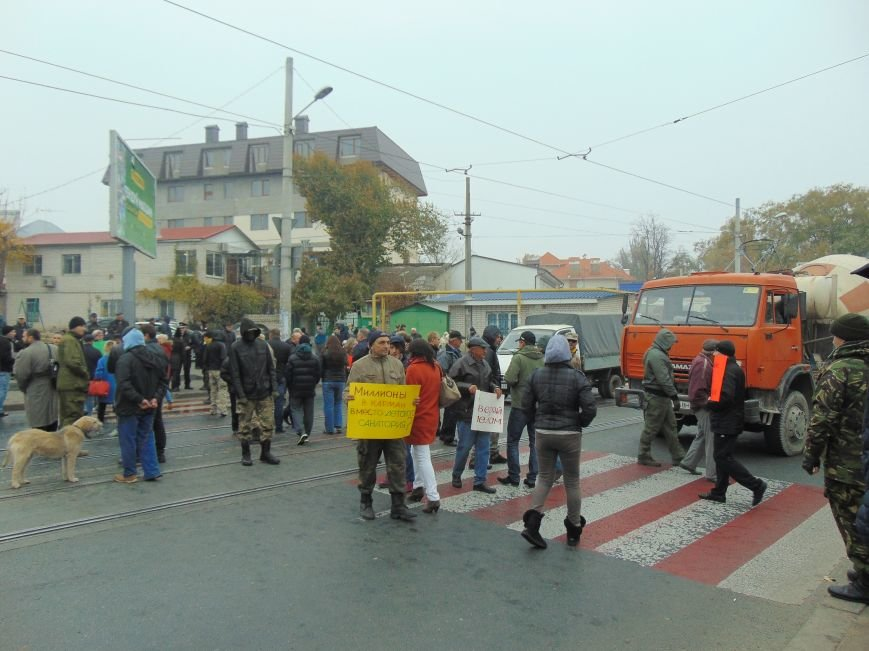 5876af8f411f20bdf9496460c8736536 Одесситы перекрывали дорогу и ложились под машины против стройки Кивана