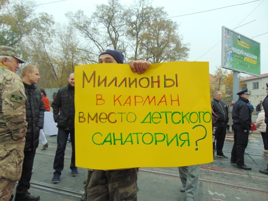 6d63d9628ba83073bd3a4a93a00bf196 Одесситы перекрывали дорогу и ложились под машины против стройки Кивана
