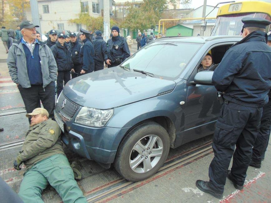 d43f124c749f6eca8085dda73213eb93 Одесситы перекрывали дорогу и ложились под машины против стройки Кивана