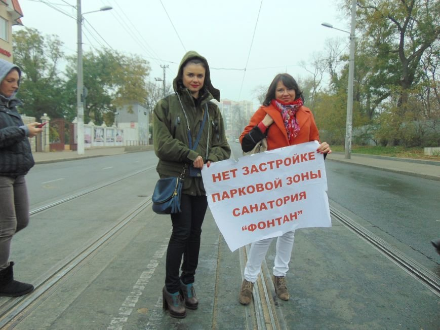 Одесситы перекрывали дорогу и ложились под машины против стройки Кивана (ФОТО, ВИДЕО) (фото) - фото 1