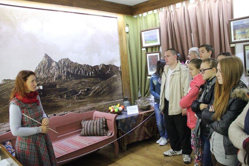 Научный сотрудник Дома-музея М.А.Волошина Ирина Коновалова проводит экскурсию для юных гостей