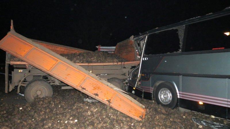 Автобус с белгородскими предпринимателями из-за рассыпанной свёклы попал в ДТП под Курском, фото-1