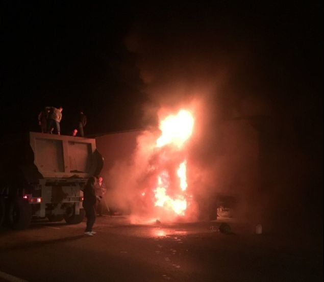 На трассе М-4 «Дон» в Ростовской области ночью загорелась фура (фото) - фото 1