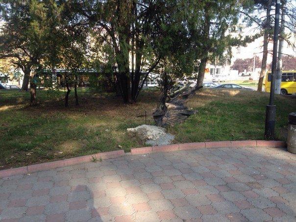 Кованый байк, «угнанный» из симферопольского сквера полтора месяца назад, еще не вернулся на место (ФОТОФАКТ) (фото) - фото 1