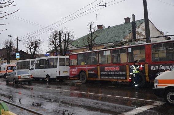У Житомирі на зупинці тролейбус «посунув» дві маршрутки (ФОТО) (фото) - фото 1