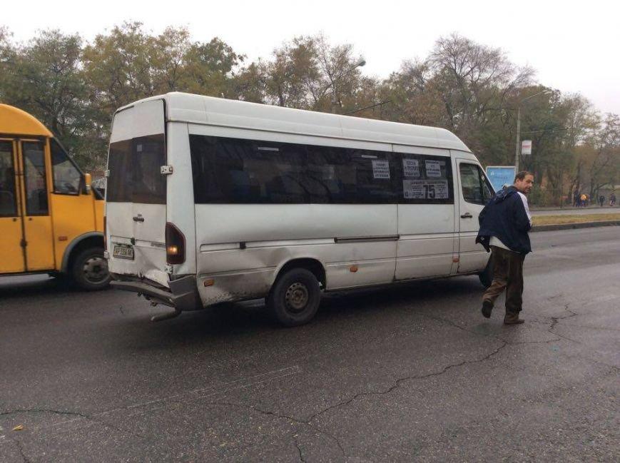 В Запорожье на проспекте Ленина - авария с маршруткой и «Тойотой», - ФОТО (фото) - фото 1