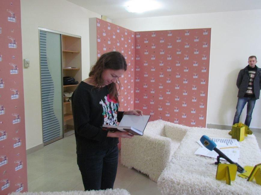 Мариупольские журналисты подарили книгу «Мариуполь. Последний форпост» Надежде Савченко, фото-2