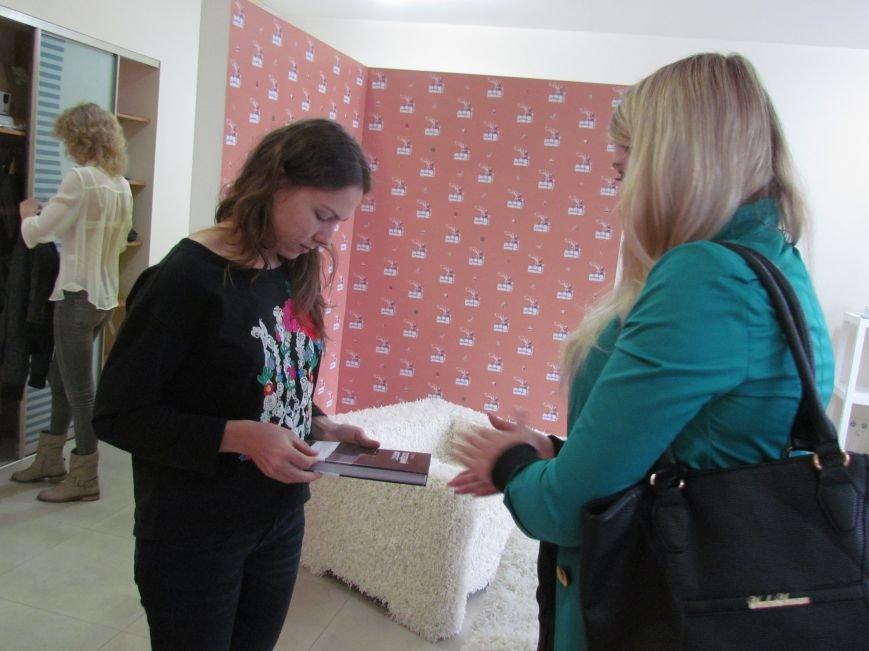 Мариупольские журналисты подарили книгу «Мариуполь. Последний форпост» Надежде Савченко, фото-1