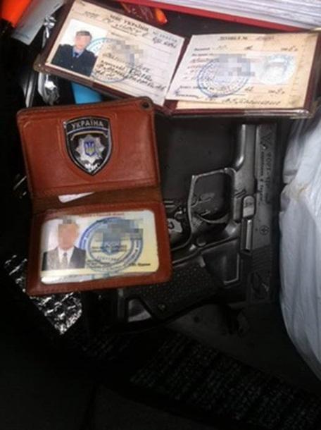 1d5a55c2da2a846201527cbe751cadbc Елочные игрушки, пистолеты и жетон: в Одессе предотвратили ограбление инкассаторской машины