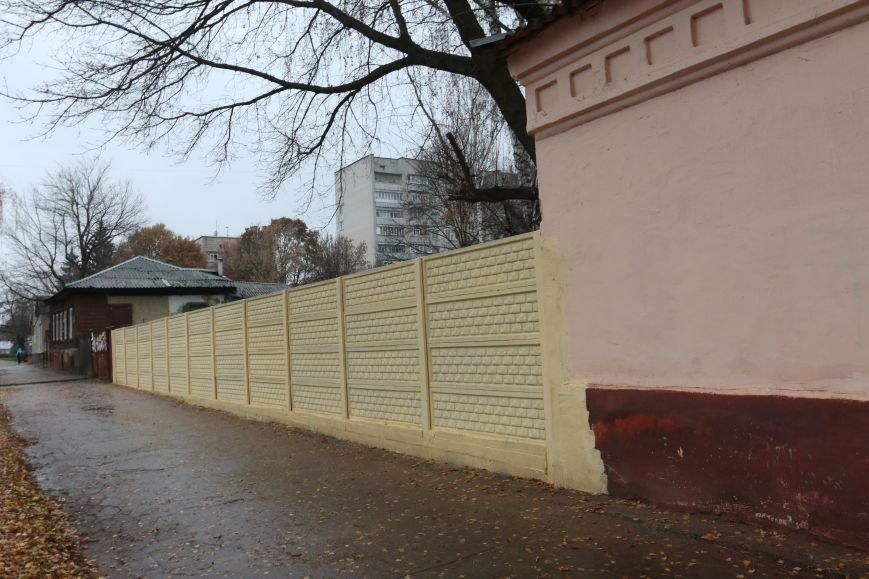Возле черниговской больницы на улице Щорса обновили забор, фото-1