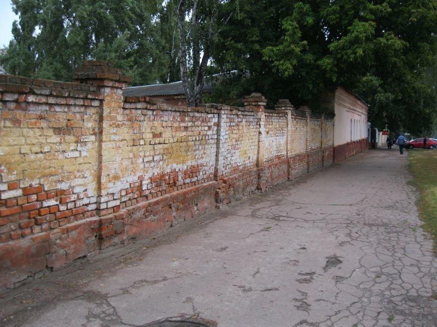 Возле черниговской больницы на улице Щорса обновили забор, фото-4
