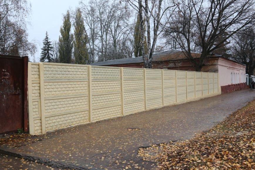 Возле черниговской больницы на улице Щорса обновили забор, фото-5