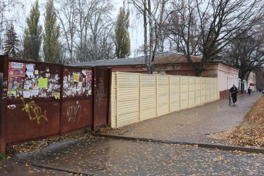 Возле черниговской больницы на улице Щорса обновили забор, фото-2