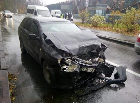 ФОТОФАКТ: В Киеве на Парковой дороге лоб в лоб столкнулись автомобиль и микроавтобус (фото) - фото 1