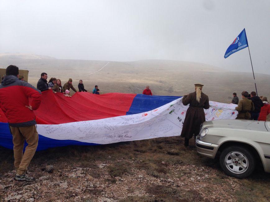 На горе Чатыр-Даг молодежь развернула огромный флаг России и выпустила в небо голубей (ФОТО), фото-2
