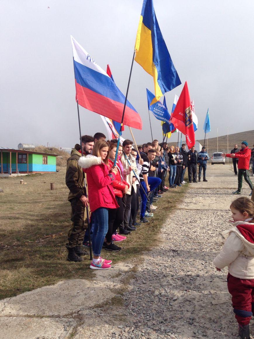 На горе Чатыр-Даг молодежь развернула огромный флаг России и выпустила в небо голубей (ФОТО), фото-1