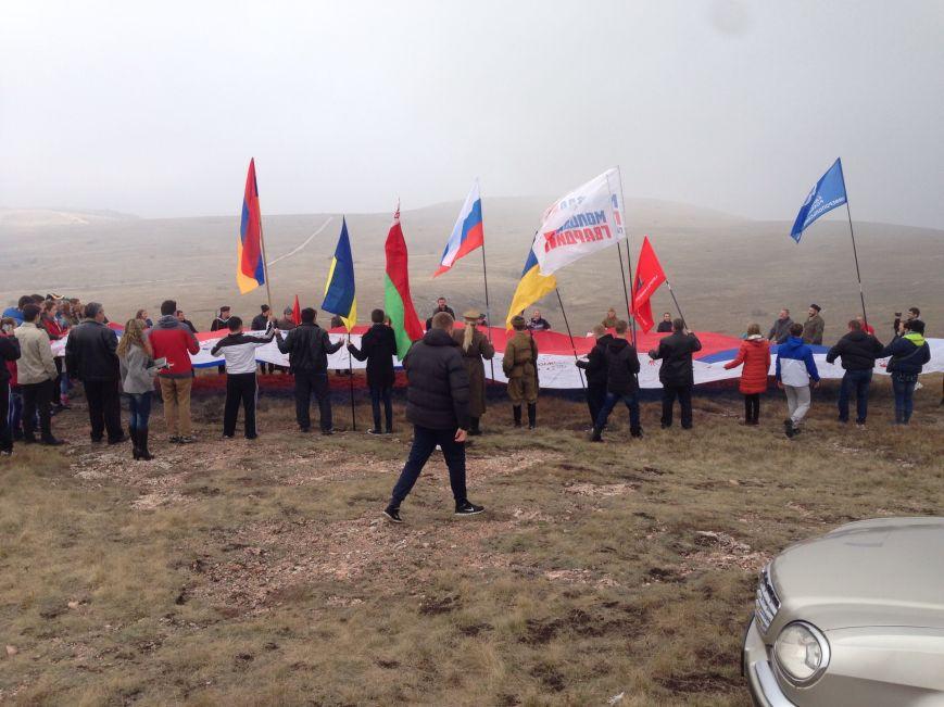 На горе Чатыр-Даг молодежь развернула огромный флаг России и выпустила в небо голубей (ФОТО), фото-3