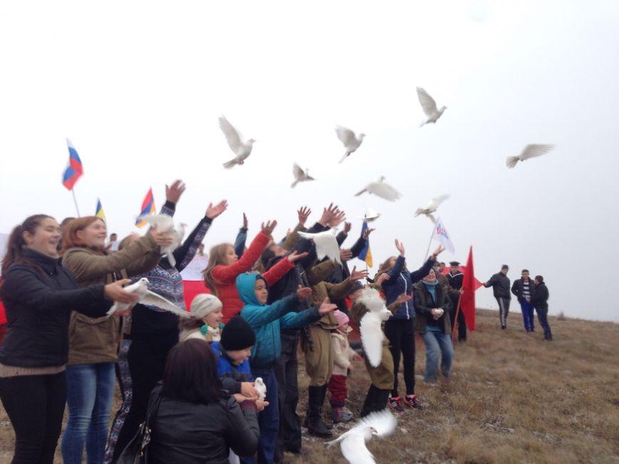 На горе Чатыр-Даг молодежь развернула огромный флаг России и выпустила в небо голубей (ФОТО), фото-5