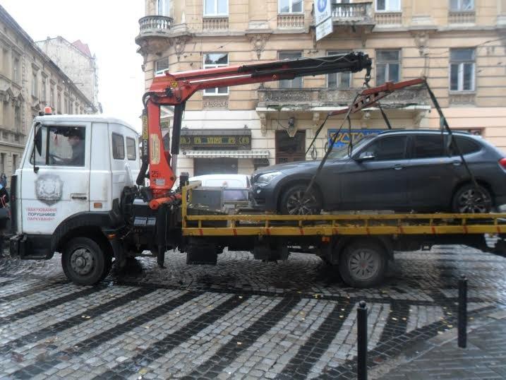 У центрі Львова водій-порушниця спричинила скандал між перехожими та поліцією (ФОТО+ВІДЕО) (фото) - фото 1