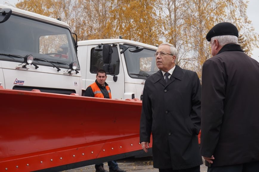 В Кривом Роге за бюджетные средства закупили 3 единицы спецтехники и передали частному предприятию (ФОТО) (фото) - фото 1