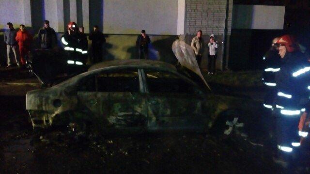 Очевидці виклали в мережу фото з місця пожежі автомобіля на вул. Замарстинівській (ФОТО) (фото) - фото 1