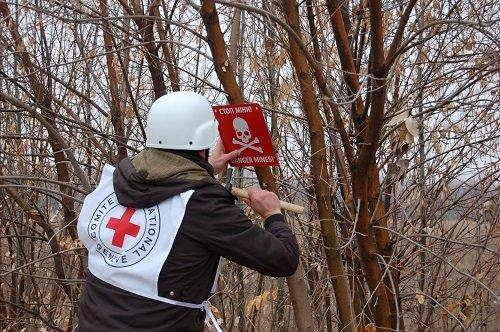 Международный Красный Крест установил биотуалеты и таблички «Опасно мины» (ФОТО), фото-2