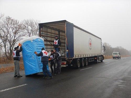Международный Красный Крест установил биотуалеты и таблички «Опасно мины» (фото) - фото 1