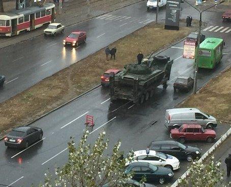В Харькове на одной из улиц танк застопорил движение (ФОТО) (фото) - фото 1