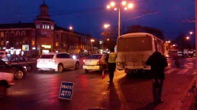 У Вінниці біля залізничного вокзалу рейсовий автобус збив жінку на пішохідному переході, фото-1