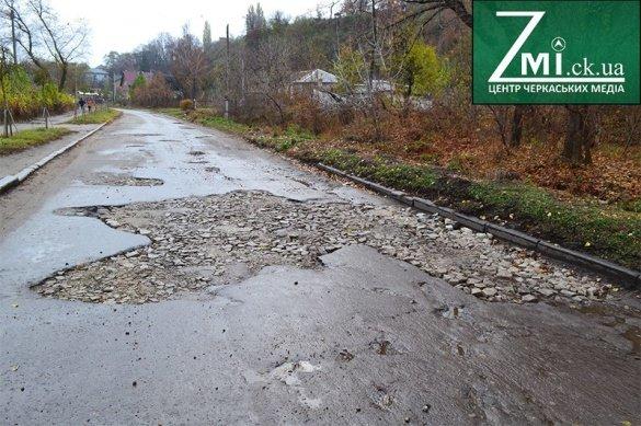 Люди власноруч взялися «ремонтувати» дорогу, що над Дніпром (ФОТО), фото-2