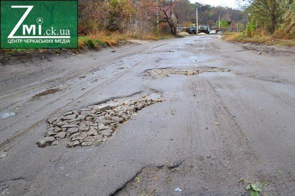 Люди власноруч взялися «ремонтувати» дорогу, що над Дніпром (ФОТО), фото-1