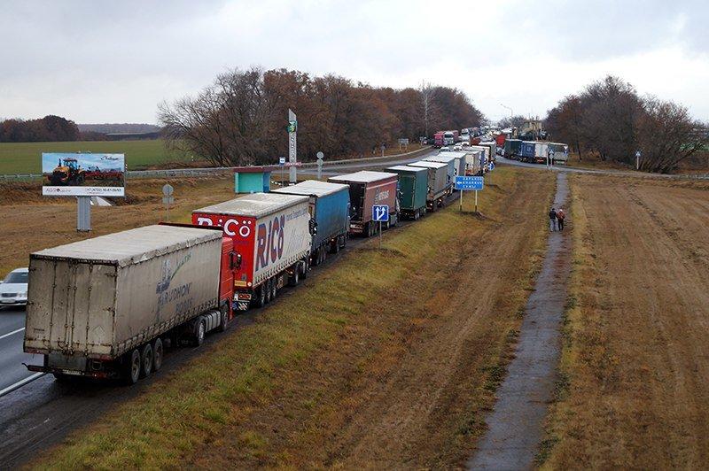 «Это не мы бюджет разворовываем, не из-за нас дороги плохие». На забастовку дальнобойщиков под Белгородом собрались больше ста водителей (фото) - ф...