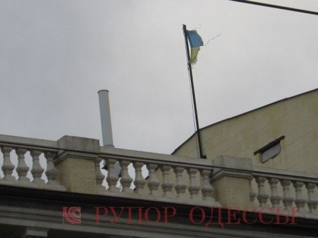 26721f519226c696414d0b8e56433c86 В Одессе на крыше здания апелляционного суда вместо флага красовался...огрызок