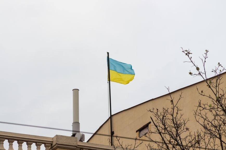 78cfd6aa64f24ef418296b5d7404f5f3 В Одессе на крыше здания апелляционного суда вместо флага красовался...огрызок