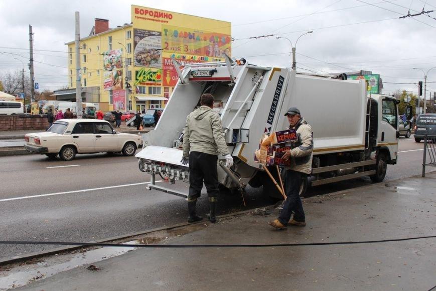 В Симферополе у стихийщиков с ул. Бородина после повторного рейда забрали товар и вывезли на свалку (ФОТО) (фото) - фото 3