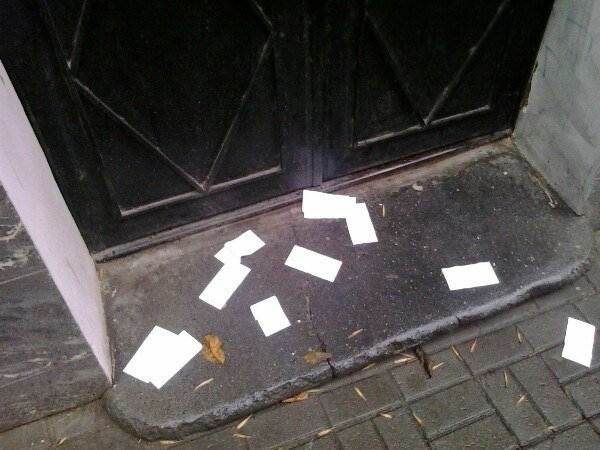 Запрошення львів'ян прийти на другий тур виборів викидають на вулиці (ФОТО) (фото) - фото 1