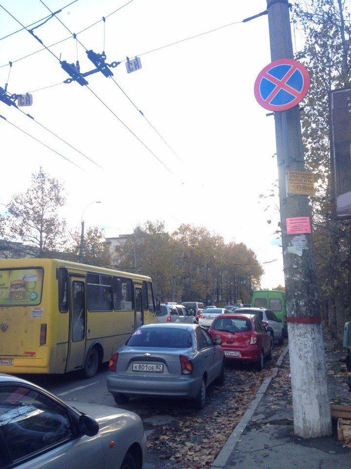 «СтопХам» по жалобам симферопольцев разбирался с незаконной парковкой на Москольце. Нарушителей «помечали» фирменными наклейками (ФОТО) (фото) - фото 1