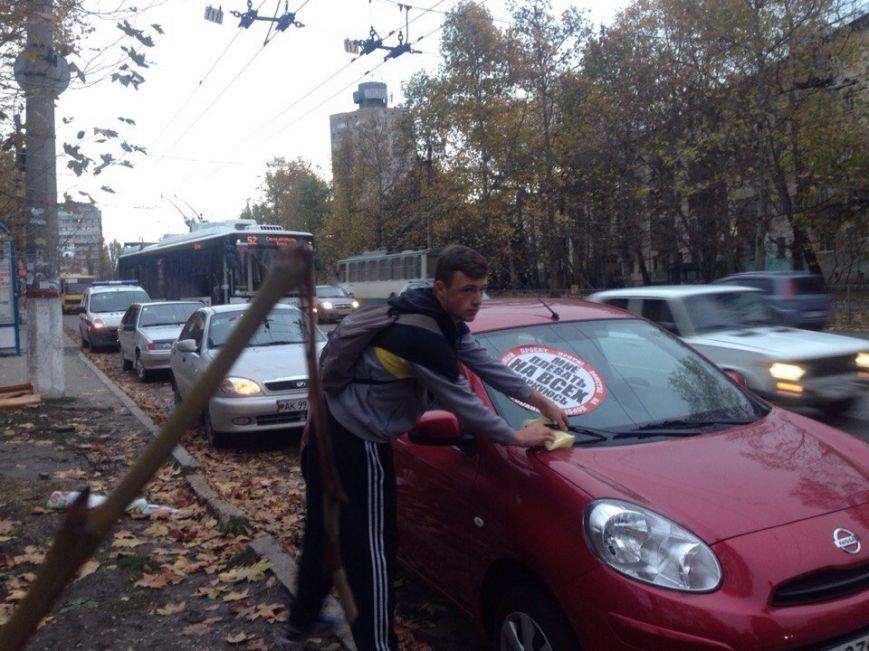 «СтопХам» по жалобам симферопольцев разбирался с незаконной парковкой на Москольце. Нарушителей «помечали» фирменными наклейками (ФОТО) (фото) - фото 2