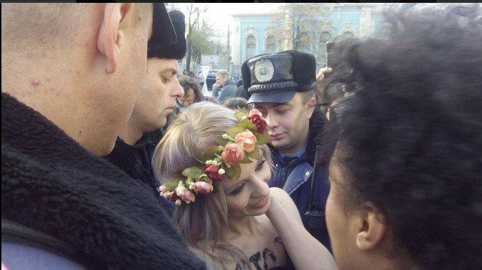 Возле ВР полиция задержала активисток Femen (ФОТО) (фото) - фото 1