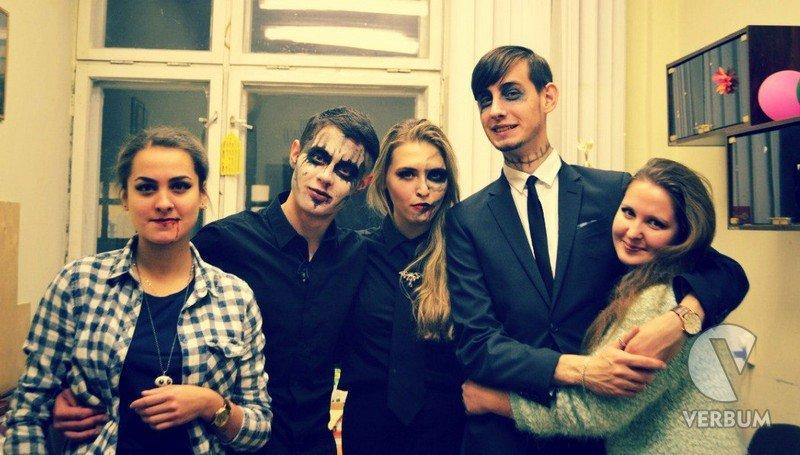 Студентов-новичков приветствовали «зомби» и Алисы из страны чудес (фото) - фото 1