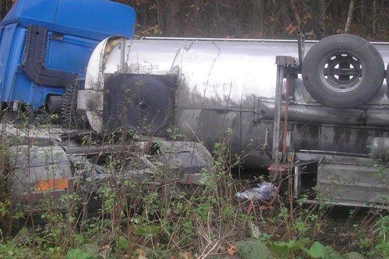На Львівщині перевернулась вантажівка із цистерною олії (ФОТО) (фото) - фото 2