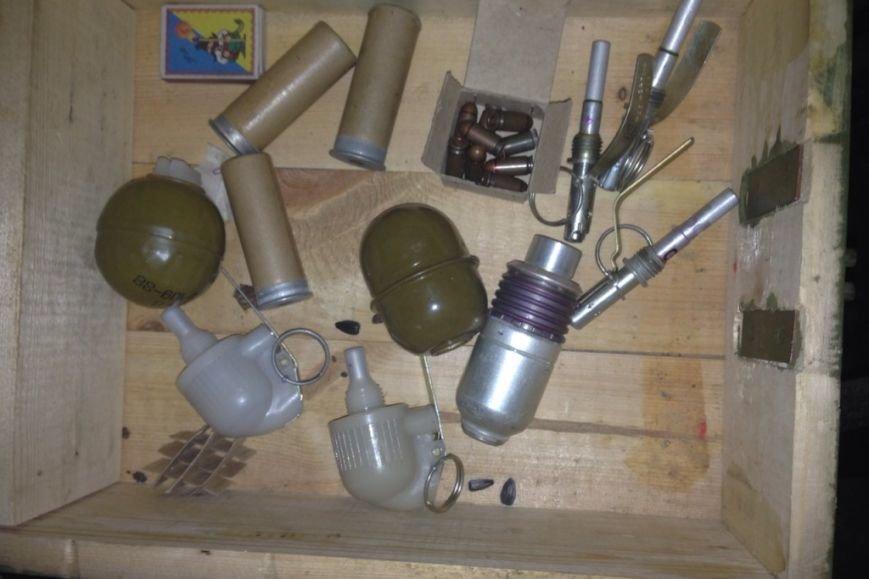 В Чернигове мужчина устроил распродажу гранат и патронов возле супермаркета (фото) - фото 1