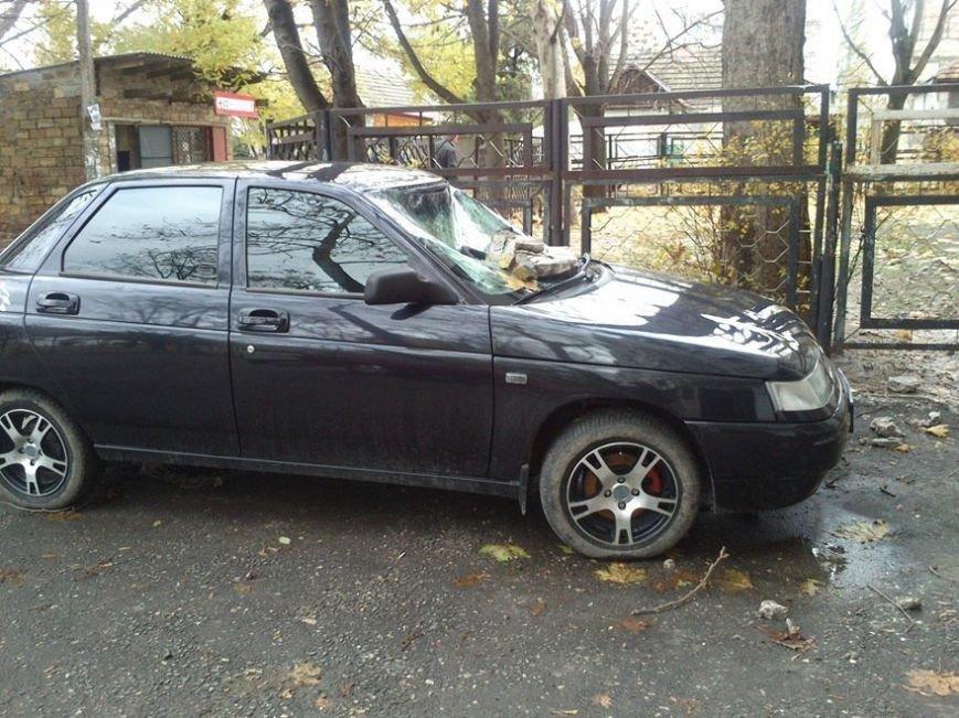 В Симферополе часть фасада здания разбила припаркованный автомобиль. Случайность или месть? (ФОТОФАКТ) (фото) - фото 3
