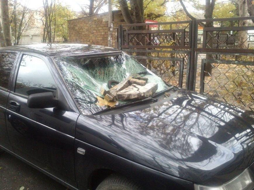 В Симферополе часть фасада здания разбила припаркованный автомобиль. Случайность или месть? (ФОТОФАКТ) (фото) - фото 2