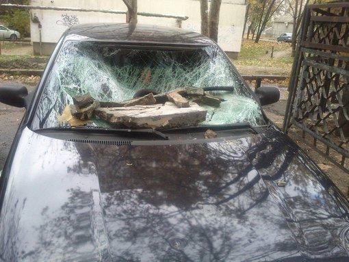 В Симферополе часть фасада здания разбила припаркованный автомобиль. Случайность или месть? (ФОТОФАКТ) (фото) - фото 1
